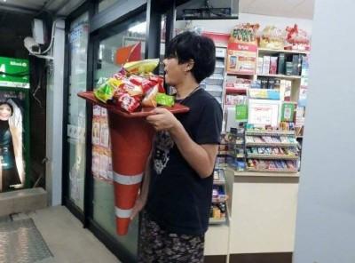 超狂!泰國限塑放大絕 民眾拿三角錐當購物袋