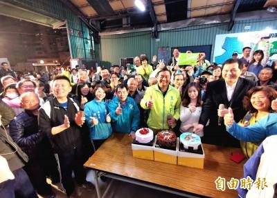 王定宇準備3蛋糕與支持者分享 就為慶祝小英達成這件事…