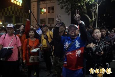 「要驗票!」韓粉激動包圍競總 高喊選舉不公