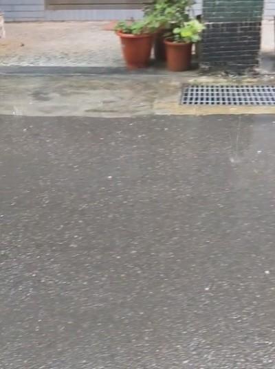 桃園龜山上午降冰雹!居民:怪不得雨滴聲這麼大