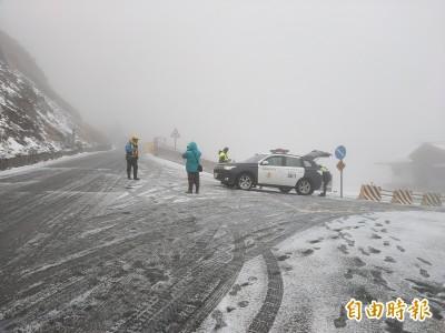 合歡山今年瑞雪首報到!武嶺積雪5至10公分 遊客超開心