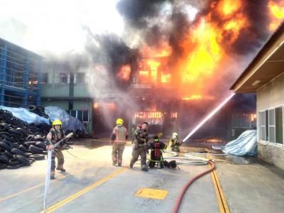 台南仁德輪胎工廠火警 全面燃燒灌救中