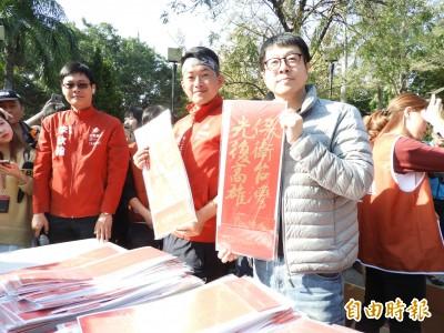 陳柏惟回高雄謝票 酸韓是「民主教父」、「臥底、自己人!」