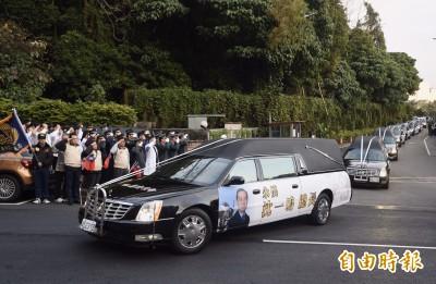 黑鷹將士移柩 沿途民眾致敬 蔡英文親悼