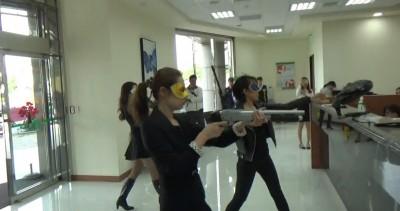 哇!8美眉騎哈雷重機搶銀行 台南警防搶演練超「瞎趴」