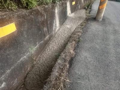 龍潭側溝遭人偷倒混凝土 警方鎖定疑犯