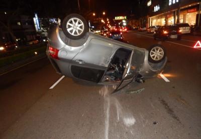 轎車一個move擦撞翻車 驚險畫面曝光