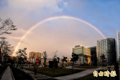 霓、虹、複虹傍晚跨越天際! 鄭明典說明成因