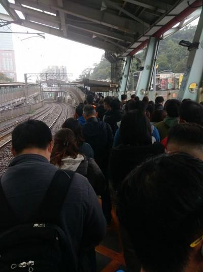 台鐵大誤點民眾塞爆汐科站月台 網怒:台鐵太晚公告