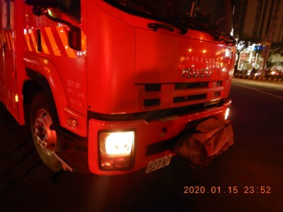 吹哨也叫不停!泰籍男開車與執勤消防車撞個正著