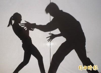 殘忍!7煞「私刑12招」虐情侶 逼演活春宮、吃狗屎…