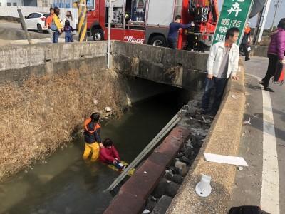 小客車、機車碰撞  雙載母女噴飛掉入圳溝