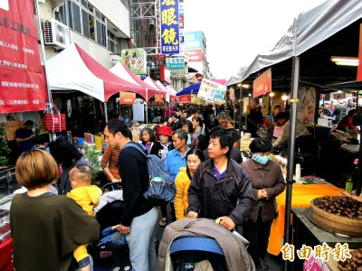 台南年貨大街開賣 採買人潮湧入