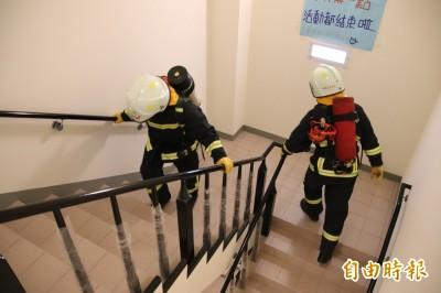 負重登梯競速 竹縣消防員2分半內直線竄升50公尺!