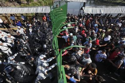 從宏都拉斯步行到墨西哥 數百移民遭拒入境爆衝突