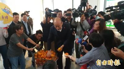 媒體發問當空氣  韓國瑜塞橘子給記者:你問太多次啦