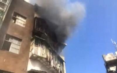 北市南港研究院路公寓竄火 消防車搶救中