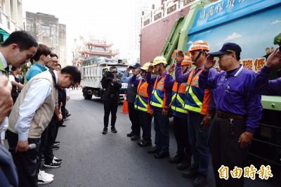 黃偉哲贈紅包慰勞清潔隊員 提醒民眾垃圾清運時間