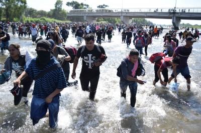 移民渡河硬闖國土 墨西哥衛隊催淚瓦斯驅離