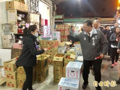 鄭文燦清晨5點視察果菜市場 發春聯提前向攤商賀新年
