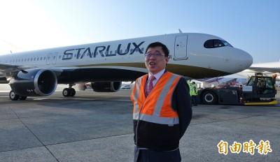 樂!星宇航空首航 張國煒與旅客合照、機坪揮手道別