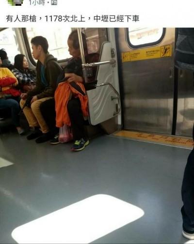以為演軍閥嗎?火車上亮「盒子炮」 乘客送辦