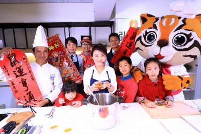 盧市長化身媽媽主廚 家傳私房菜「五福臨門燉牛肋」