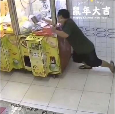 有內功?男子玩夾娃娃機 竟一掌推破機台櫥窗