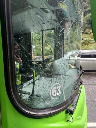 走蘇花當心落石! 統聯客運擋風玻璃遭砸裂