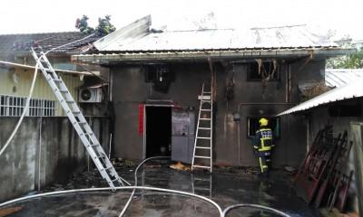 台中火警1婦人燒死床上 消防員救援從屋頂摔落受傷送醫