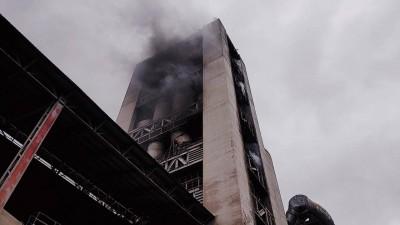 亞泥新城廠起火冒濃煙 消防重裝爬高88公尺救災