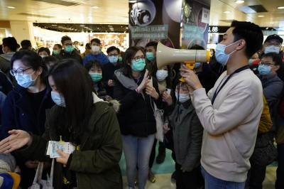 武漢肺炎》香港連鎖店口罩到貨 還沒開店就大排長龍