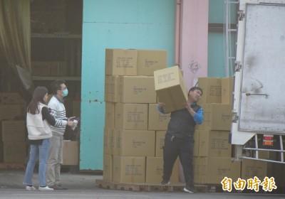 武漢肺炎》一片都不能外流!政府派員控管口罩工廠