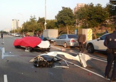 悲劇!千萬法拉利自撞路邊2車 車頭全毀