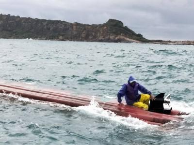 男搭膠筏野柳海釣翻覆 附近漁船急出動救援
