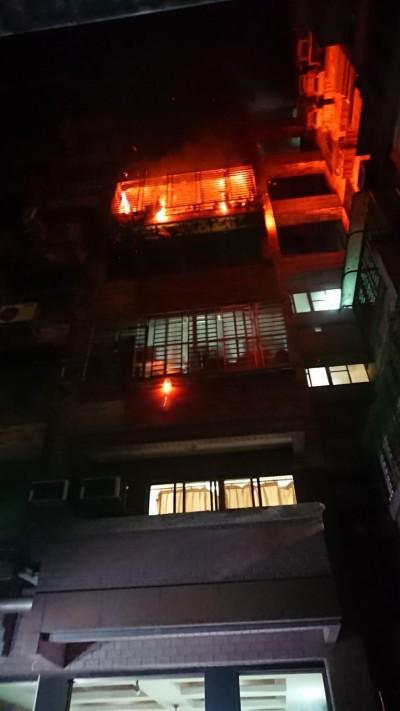 屏市公寓暗夜大火 數十名住戶睡夢中驚醒逃命