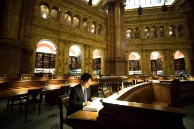賴清德訪世界最大圖書館 美館方秀出「看見未來」一書