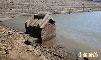 石門水庫水位下降  土地公廟「重現天日」