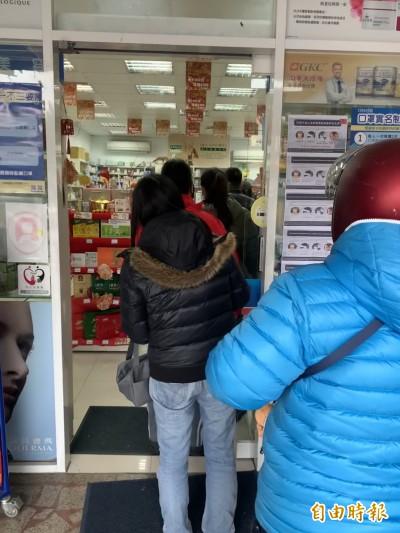 武漢肺炎》口罩實名制首週日  單雙號一起上早早售罄