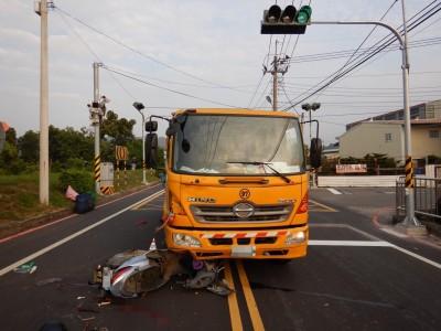 台中垃圾車撞機車拖行10多公尺 78歲騎士不治
