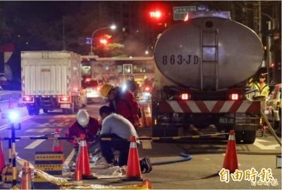 中油漏油引交通堵塞 莽男行車糾紛竟打記者又踢警察