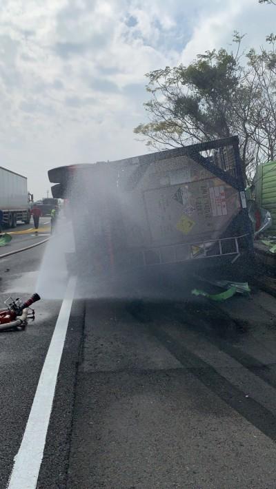 國3雙氧水槽車自撞護欄 消防人員現場警戒