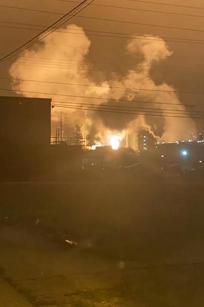烈焰冲天宛如火球  美國煉油廠爆炸無人傷亡