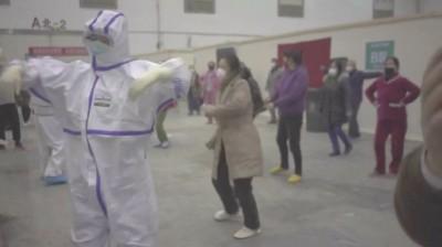 武漢肺炎》最後探戈?武漢方艙醫院病患群起跳新疆舞