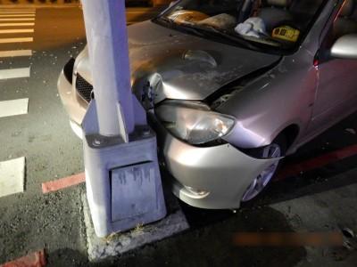 男開車自撞燈桿疑酒駕肇逃 警方追查