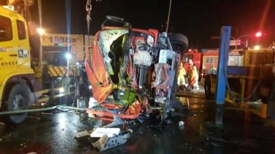 消防車擦撞曳引車翻覆 高市消防員1死4輕重傷