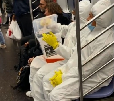 武漢肺炎》紐約地鐵打翻「新冠病毒」  2男子惡作劇被罵翻
