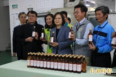 武漢肺炎》日產20萬瓶酒精 蔡總統視察台酒讚「防疫英雄」
