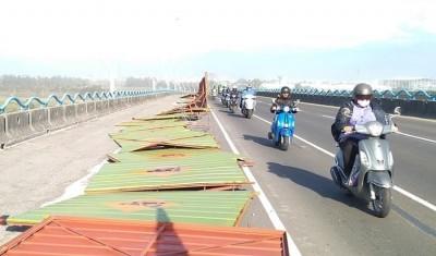 高屏大橋施工圍籬又被吹倒 多位機車騎士摔傷2人送醫