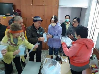 武漢肺炎》澎湖衛生局、旅遊處 送計程車司機每人2片口罩